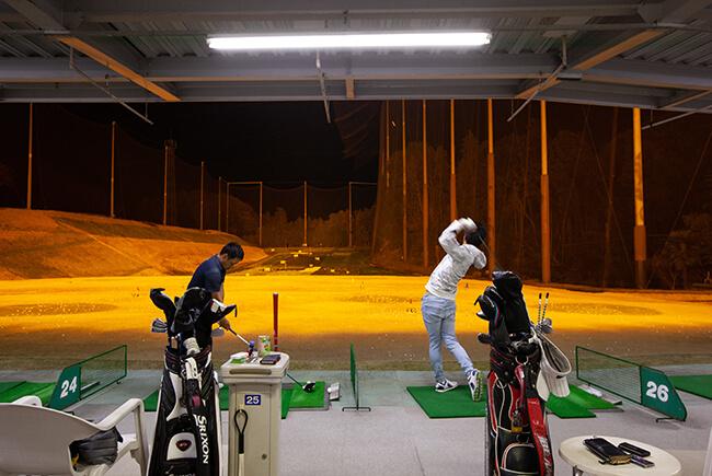 練習するプロゴルファー