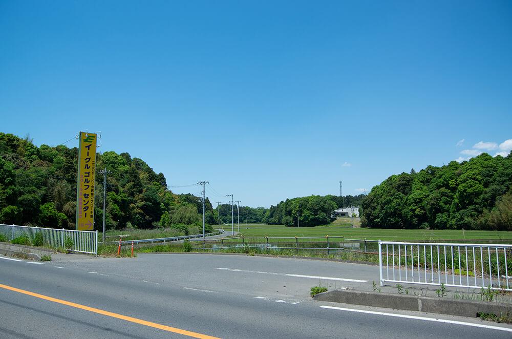 県道351号線沿いに立つ黄色い看板